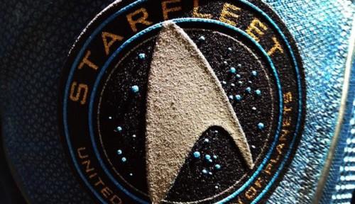 l'insegna della Flotta Stellare sulle casacche della Federazione
