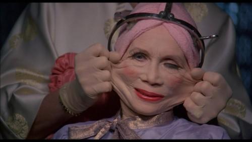 al chirurgo plastico per un intervento di lifting al viso per apparire più giovane.. da innamorarsene
