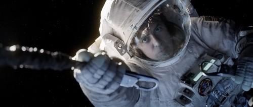 """Clooney sgancia la sua tuta per """"salvare"""" la collega da una spinta che li distanzierebbe dalla ISS... spinta che in teoria non ci sarebbe..."""