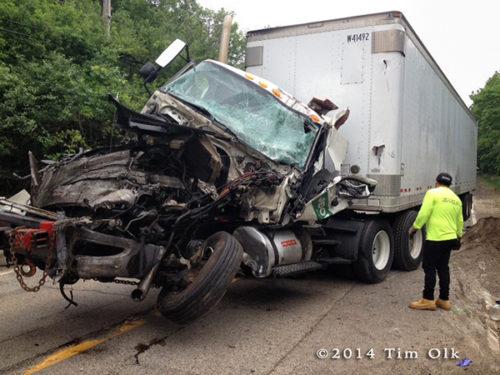 Il telefono no, ma questo è ciò che è successo alla motrice del camion a causa dell'impatto