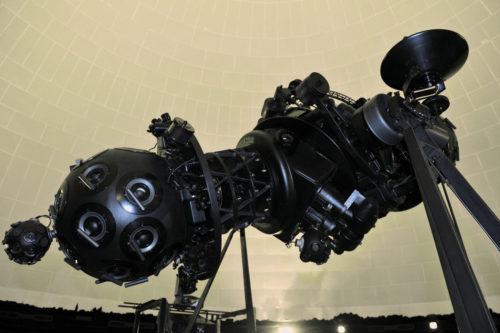 il sistema di proiezione planetario Zeiss iV, che permette la proiezione sulla volta a cupola.